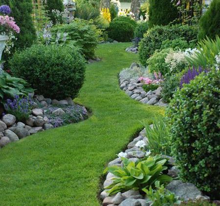 Burjánzó kert füvesített ösvénnyel