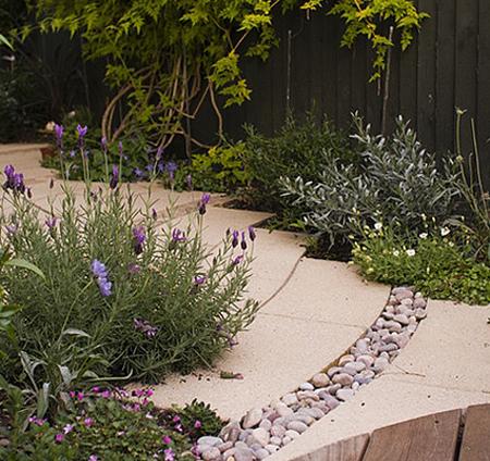 Burkolatok és növények városi kertben