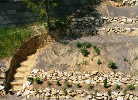Földbevájt lépcső