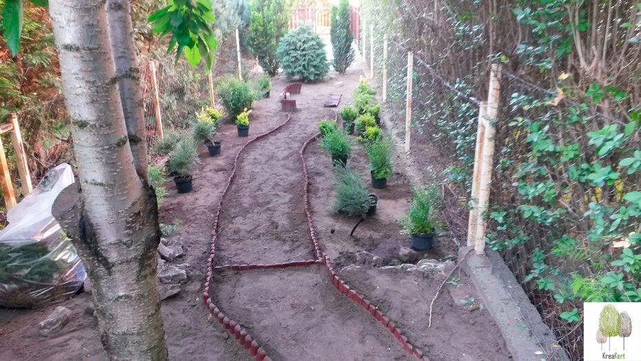 Újrahasznosítás- A pihenőkertben feleslegessé vált fa ágyásszegélyből készül a kerti ösvény szegélye
